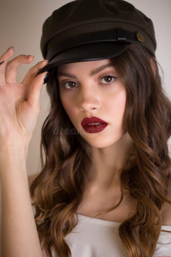 Sluit omhoog portret van een mooie sexy donkerbruine vrouw met rode lippen en heldere make-up royalty-vrije stock foto