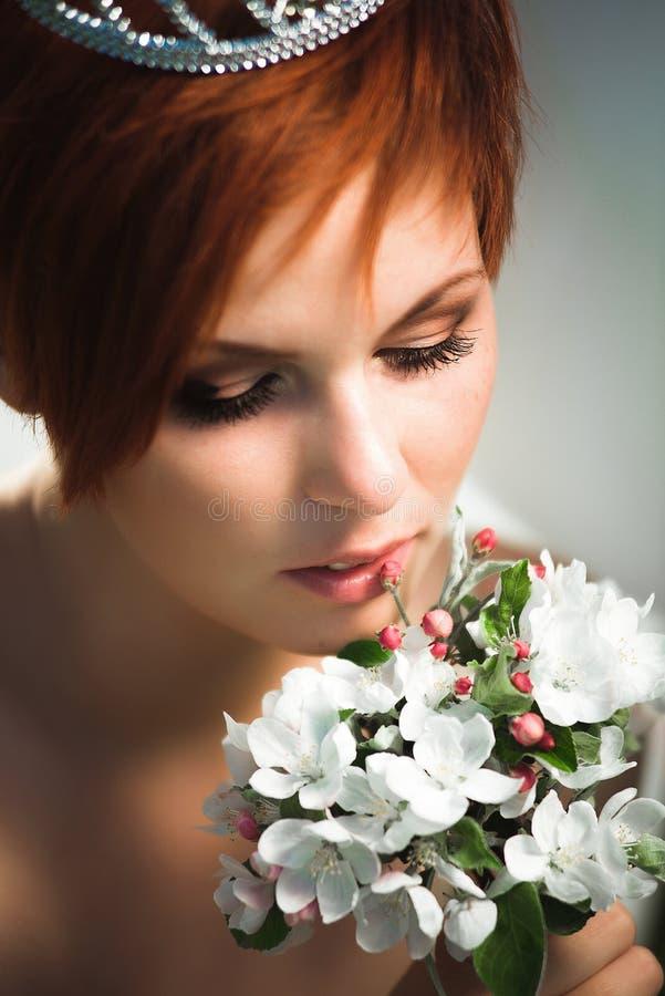 Sluit omhoog portret van een mooie vrouw stock foto's