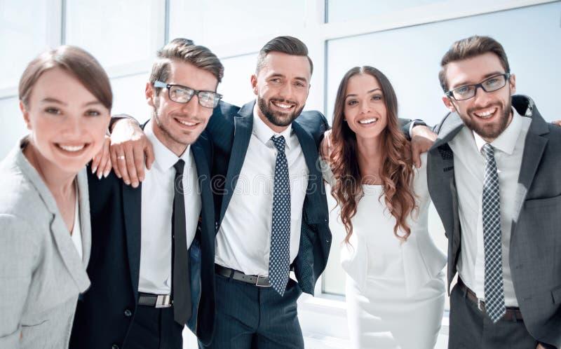 Sluit omhoog portret van een vriendschappelijk commercieel team stock afbeelding