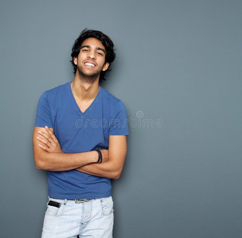 Sluit omhoog portret van een vrolijke jonge mens stock foto