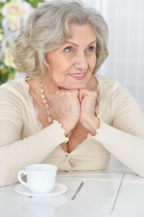 Sluit omhoog portret van gelukkige hogere vrouw het drinken thee royalty-vrije stock foto's