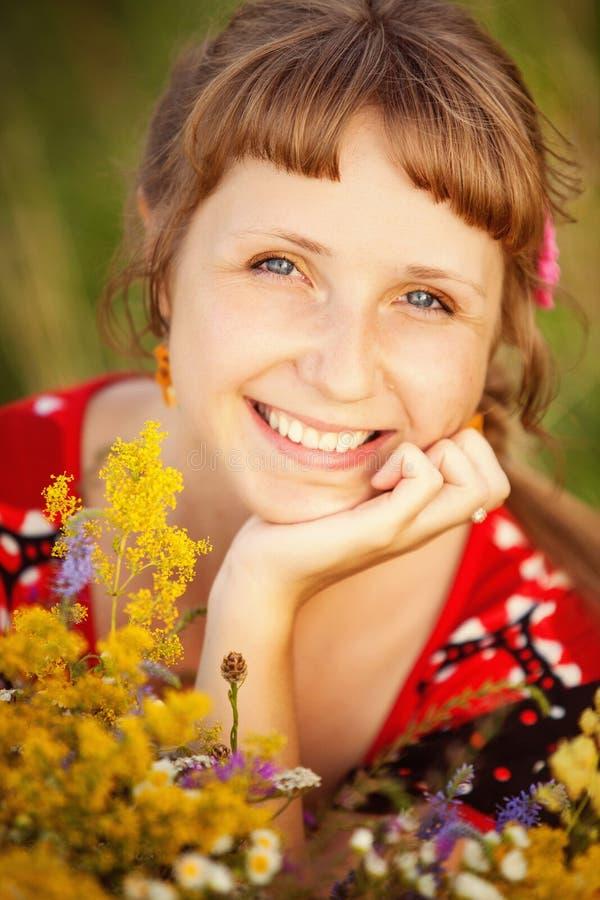 Sluit omhoog portret van gelukkige jonge vrouw royalty-vrije stock foto's