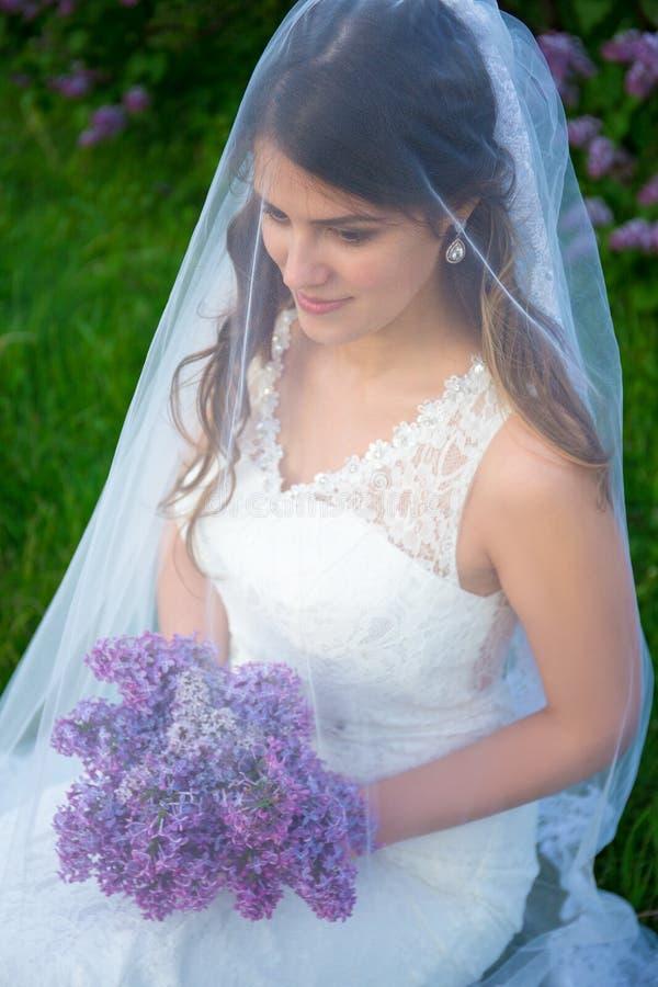 Sluit omhoog portret van gelukkige mooie bruid in huwelijkskleding met royalty-vrije stock foto