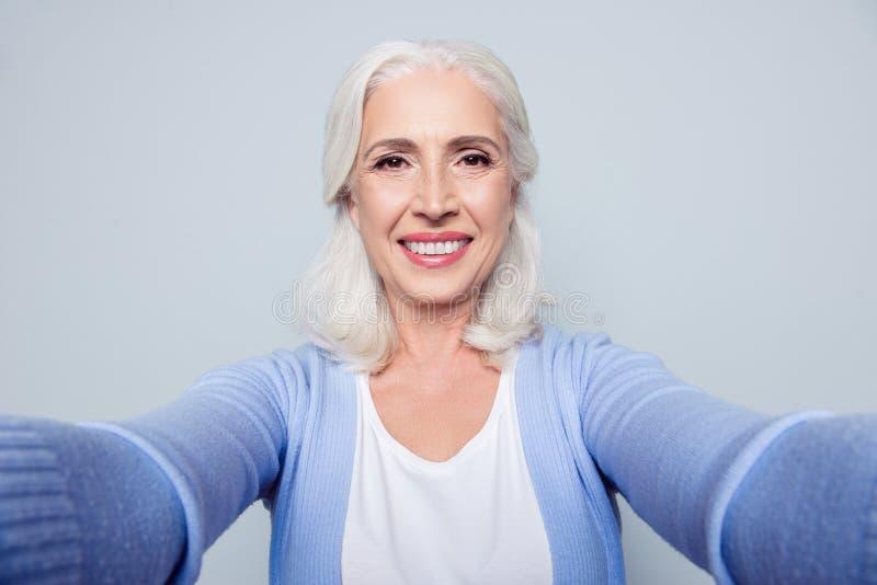 Sluit omhoog portret van gelukkige vrolijke opgewekte verrukkelijk met toeteren royalty-vrije stock fotografie