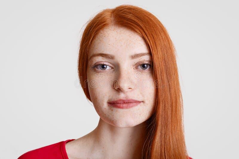 Sluit omhoog portret van gember freckled wijfje met schone perfecte huid, ernstig camera, modellen in studio tegen witte bac beki royalty-vrije stock foto