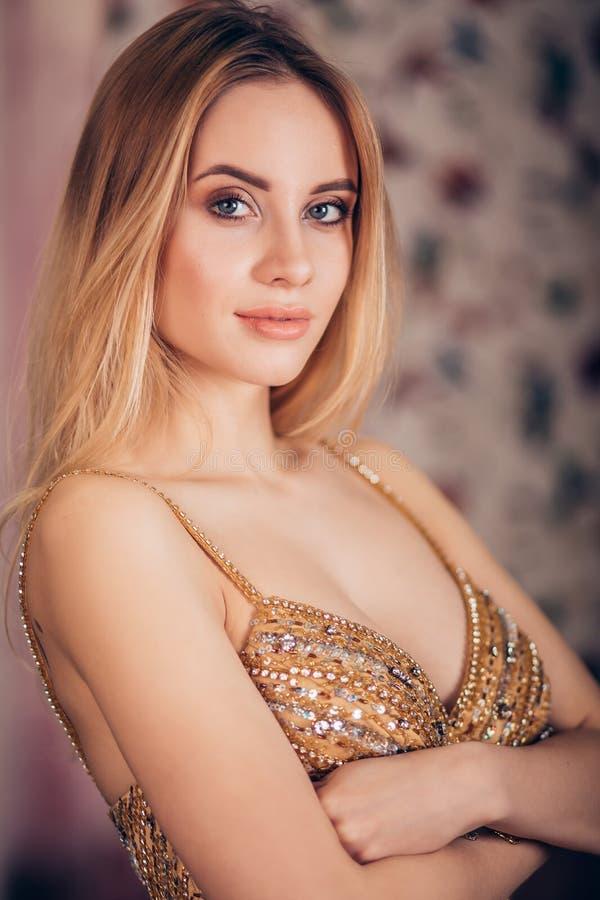 Sluit omhoog portret van glimlachende blondevrouw bij partij Mooi meisje met een zachte make-up royalty-vrije stock afbeeldingen