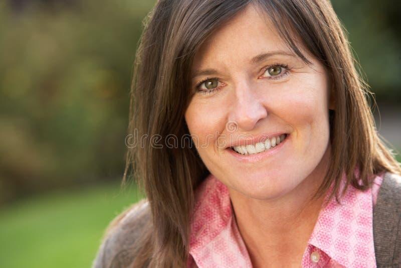 Sluit omhoog Portret van Glimlachende Donkerbruine Vrouw royalty-vrije stock foto's