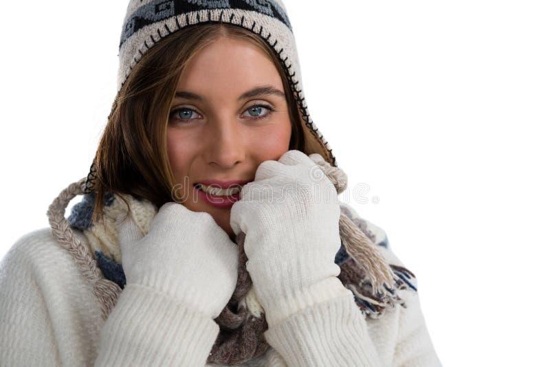 Sluit omhoog portret van glimlachende jonge vrouw die sweater dragen royalty-vrije stock foto's