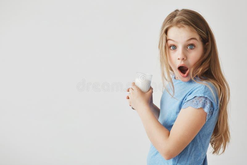 Sluit omhoog portret van grappig knap meisje die met licht haar in camera met geschokte uitdrukking, het houden kijken royalty-vrije stock foto's