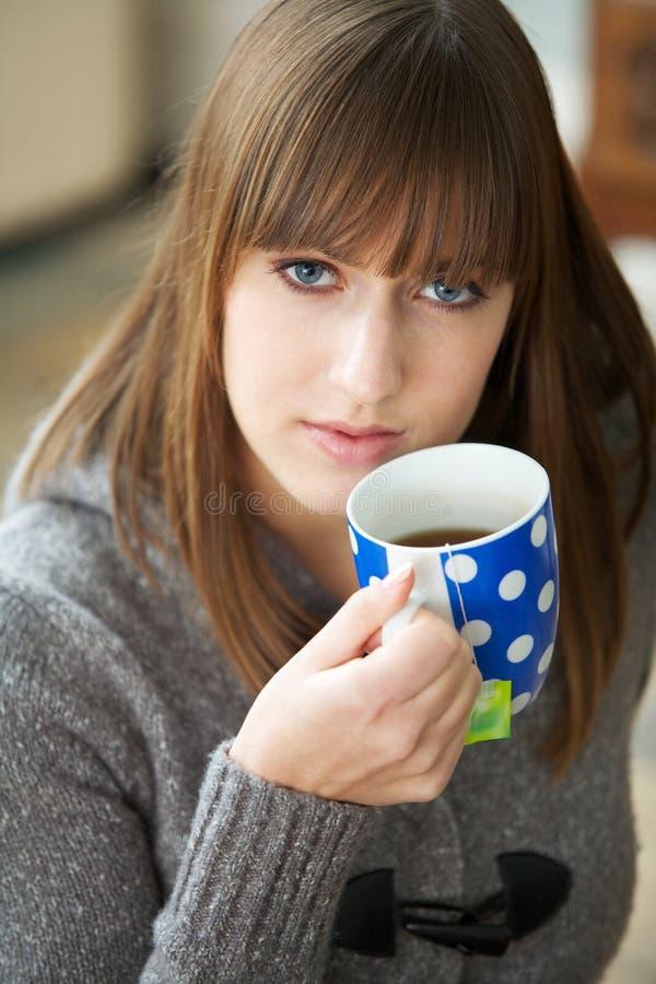 Sluit omhoog Portret van het Drinken van de Vrouw Koffie stock afbeelding