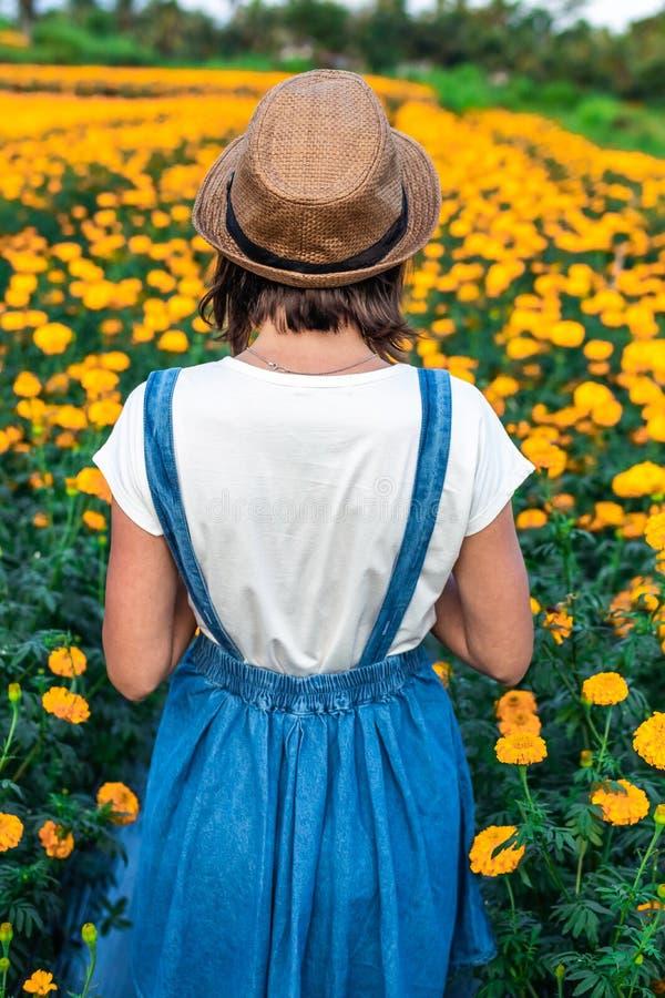 Sluit omhoog portret van het gelukkige en mooie jonge vrouw ontspannen genietend van de verse schoonheid van schitterende oranje  stock fotografie
