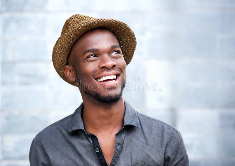 Sluit omhoog portret van het gelukkige jonge Afrikaanse Amerikaanse mens lachen royalty-vrije stock foto's