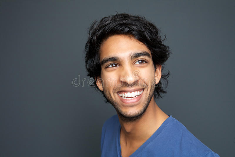Sluit omhoog portret van het gelukkige jonge mens glimlachen stock fotografie
