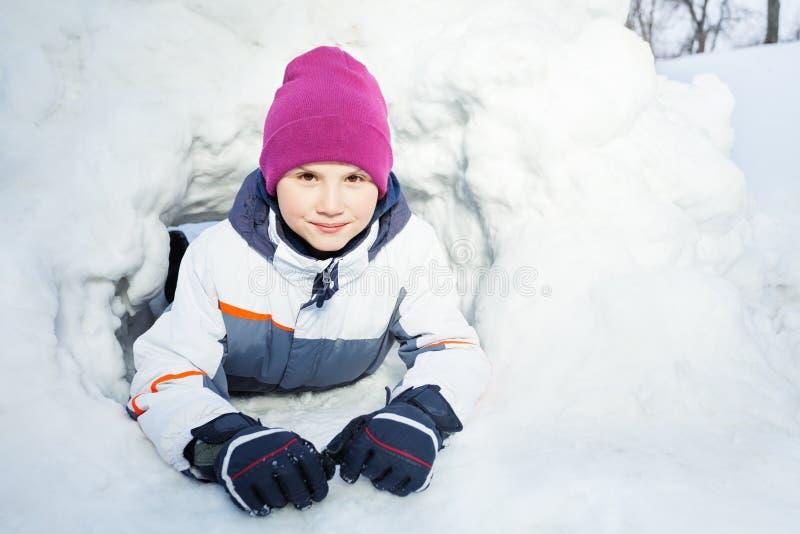 Sluit omhoog portret van het jonge jong geitje spelen in de sneeuw royalty-vrije stock fotografie