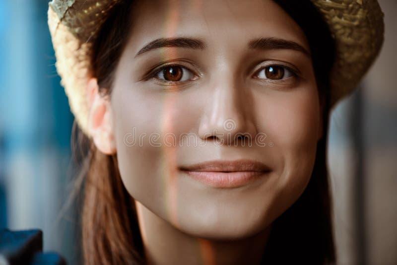 Sluit omhoog portret van het jonge mooie donkerbruine meisje glimlachen stock fotografie