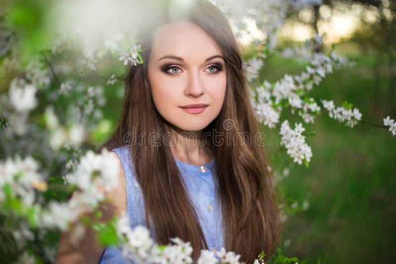 Sluit omhoog portret van het mooie vrouw stellen in de zomertuin royalty-vrije stock fotografie