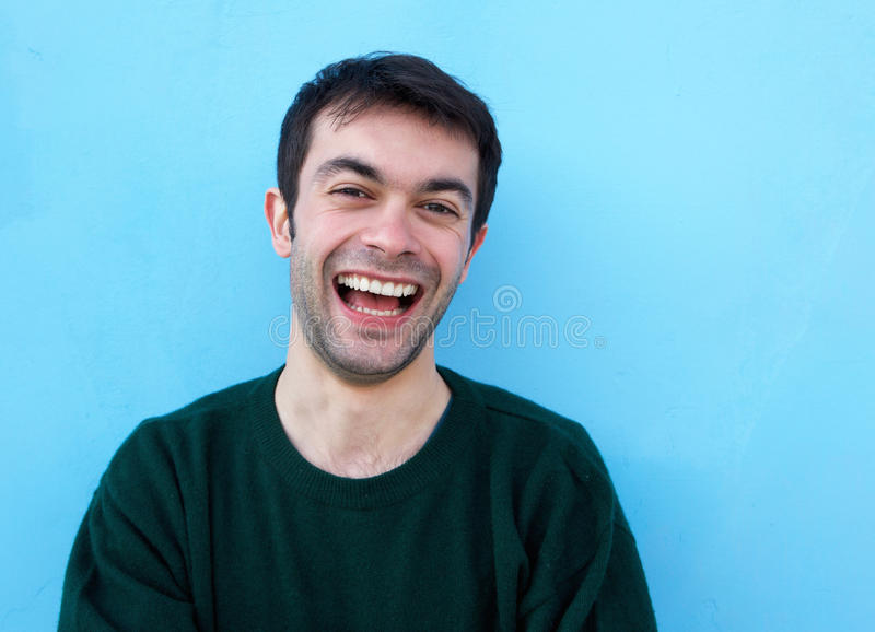 Sluit omhoog portret van het vrolijke jonge mens lachen stock afbeeldingen