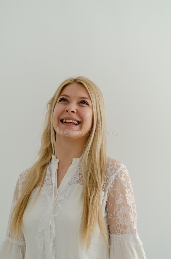 Sluit omhoog Portret van jong blond meisje, gelukkig meisje stock afbeeldingen