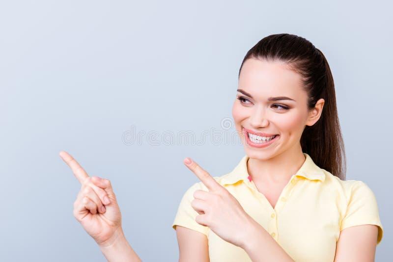 Sluit omhoog portret van jong toothy donkerbruin meisje op zuivere ligh royalty-vrije stock foto's