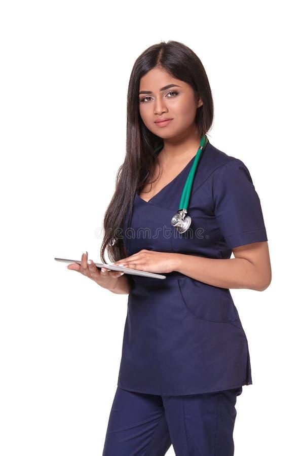 Sluit omhoog portret van jonge Indische die artsenvrouw met stethoscoop rond hals op witte achtergrond wordt geïsoleerd royalty-vrije stock afbeeldingen