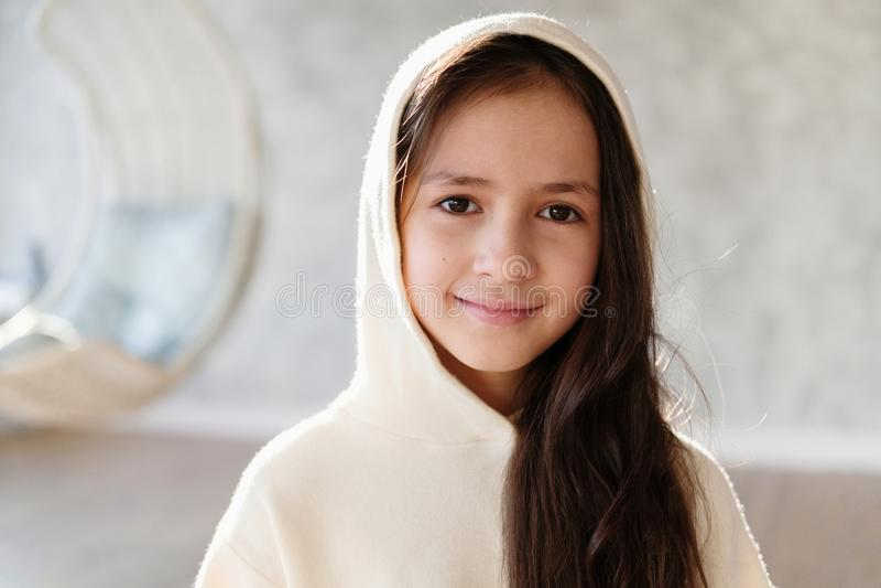Sluit omhoog portret van jonge mooie Kaukasische tiener in kap Leuk kindbrunette stock afbeeldingen