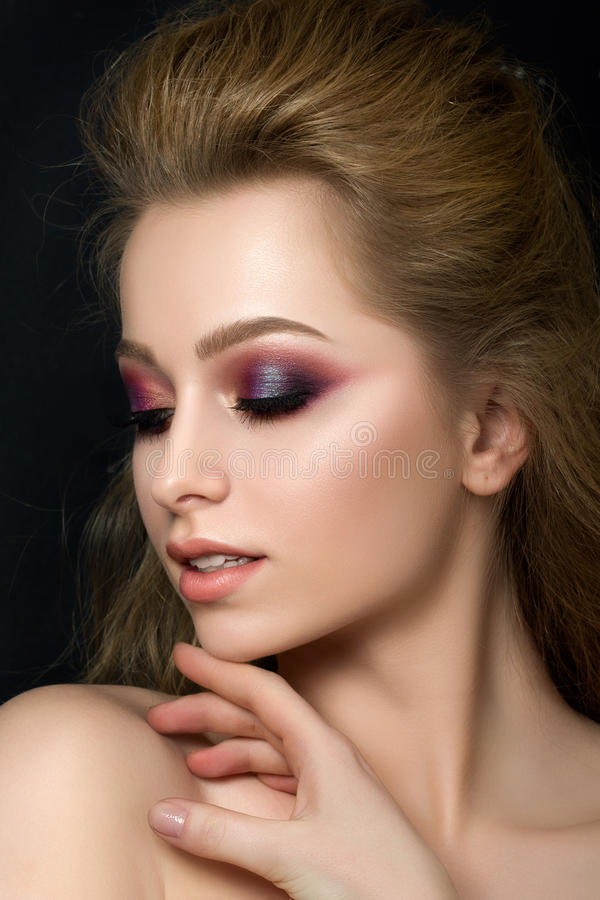 Sluit omhoog portret van jonge mooie vrouw met maniermake-up stock foto