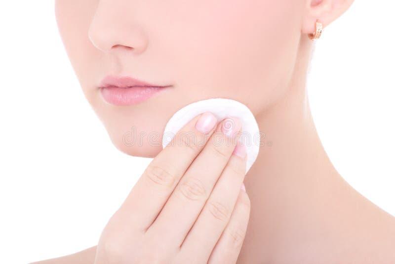 Sluit omhoog portret van jonge mooie vrouwen schoonmakende huid door cott stock foto