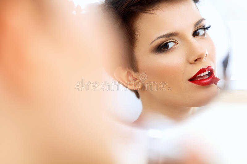 Sluit omhoog Portret van Jonge Vrouw met Rode Lippen. Mooie Vrouw die Dagelijkse Make-up doen royalty-vrije stock afbeelding