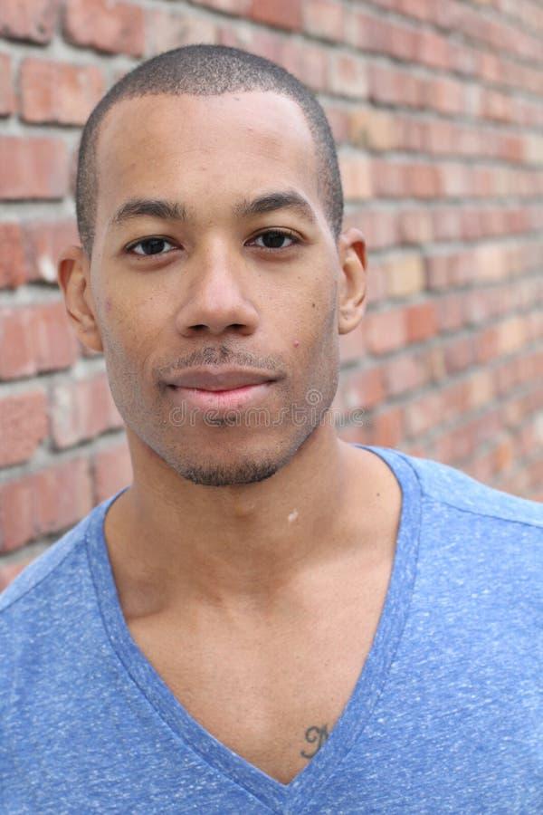 Sluit omhoog portret van knap Afrikaans Amerikaans mannetje stock afbeeldingen