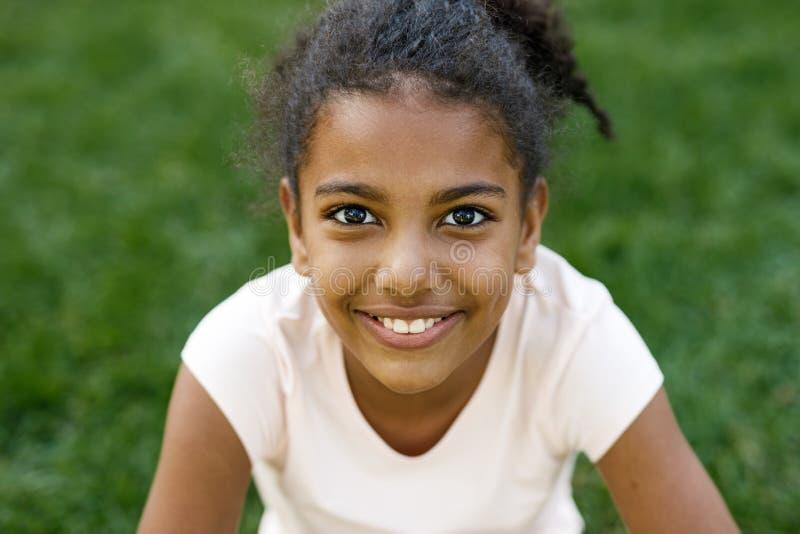 Sluit omhoog portret van leuk glimlachend meisje stock afbeelding