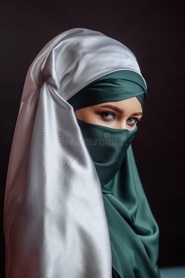 Sluit omhoog portret van Mohammedaans wijfje in modieuze hijab stock afbeelding
