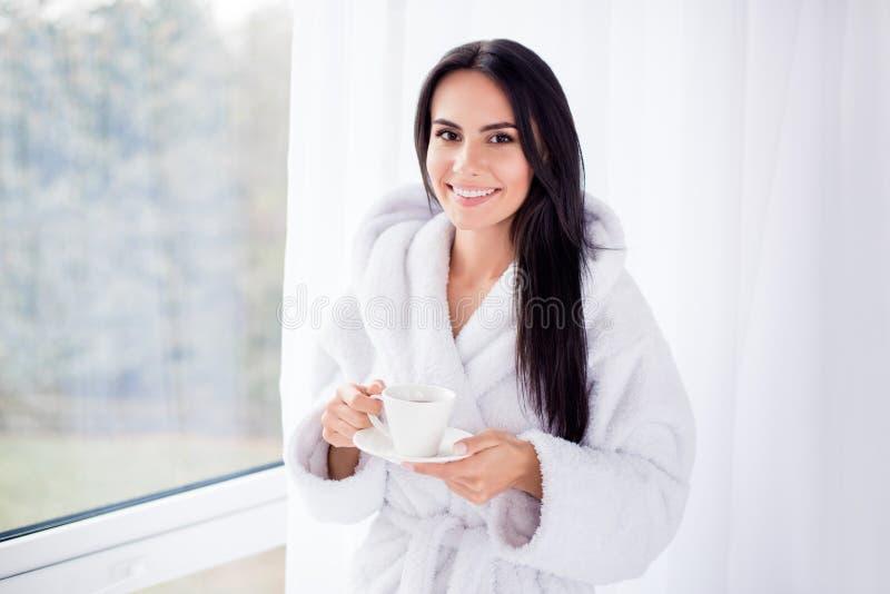 Sluit omhoog portret van mooi donkerbruin meisje in badjasvervanger royalty-vrije stock afbeelding