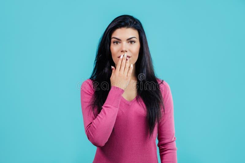 Sluit omhoog portret van mooi meisje die haar mond met hand sluiten royalty-vrije stock foto's