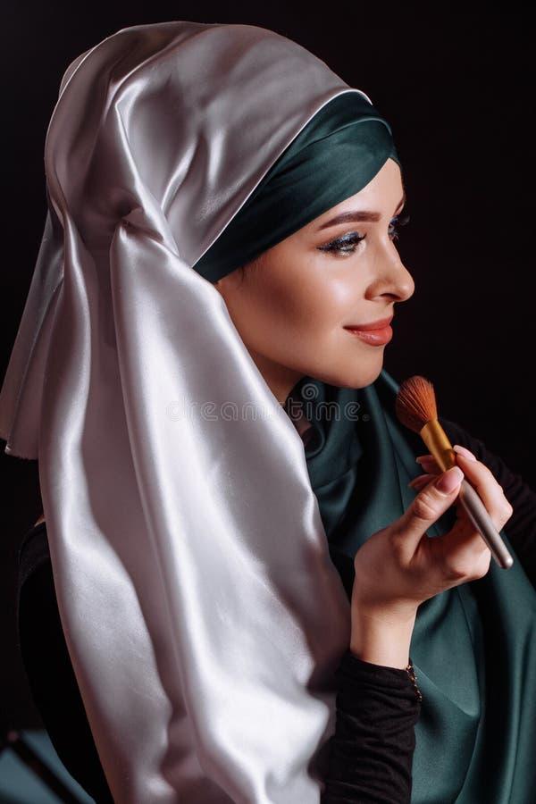 Sluit omhoog portret van mooi Moslimmeisje die make-up voor nikah maken royalty-vrije stock foto's