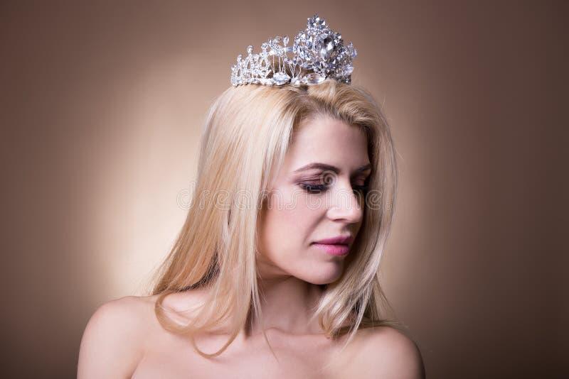 Sluit omhoog portret van mooie bruid met kroon over beige royalty-vrije stock foto