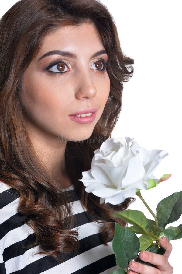Sluit omhoog portret van mooie donkerbruine jonge vrouw met witte bloem royalty-vrije stock fotografie