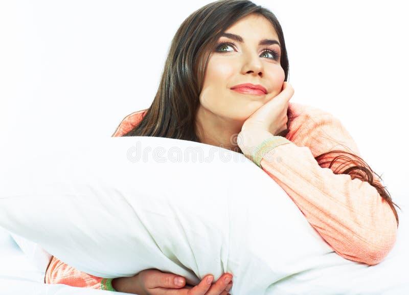 Sluit omhoog portret van mooie jonge vrouw in bed Het glimlachen dre royalty-vrije stock fotografie