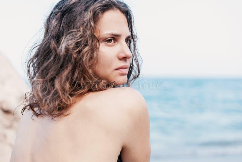 Sluit omhoog portret van mooie jonge vrouw met golvend haar op stock afbeeldingen