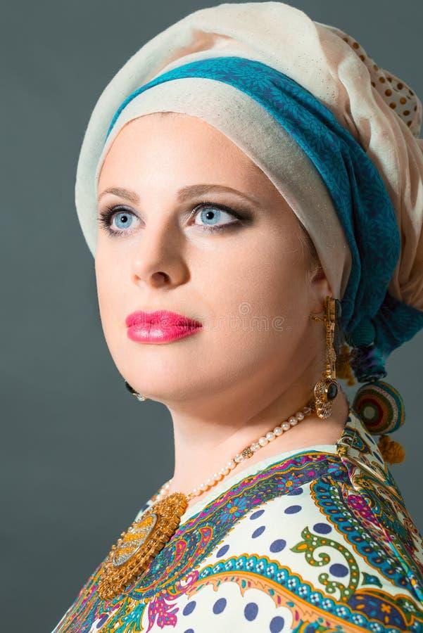 Sluit omhoog portret van mooie vrouw die tulband dragen royalty-vrije stock fotografie