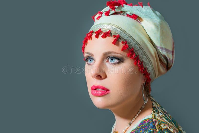Sluit omhoog portret van mooie vrouw die tulband dragen stock fotografie