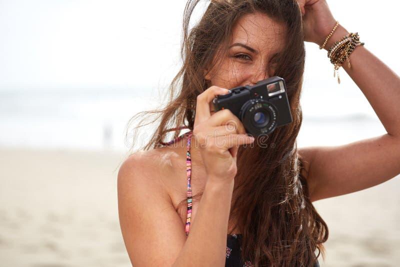 Sluit omhoog Portret van mooie vrouw met retro hipstercamera stock foto's
