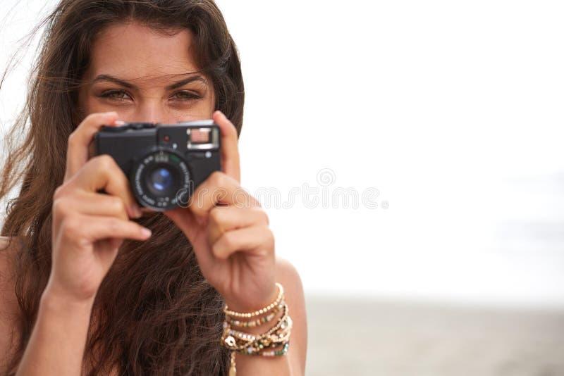 Sluit omhoog Portret van mooie vrouw met retro hipstercamera royalty-vrije stock foto