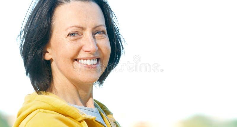 Sluit omhoog portret van rijpe vrouw weared in sportenkleren in het park stock foto's
