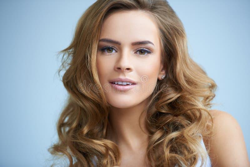 Sluit omhoog portret van schitterende jonge vrouw royalty-vrije stock afbeelding
