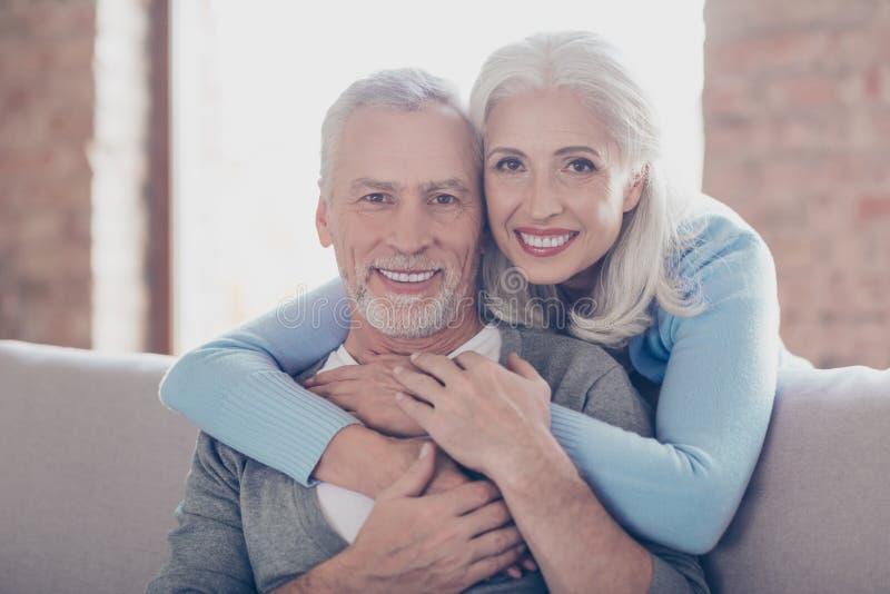 Sluit omhoog portret van twee gelukkige oude gehuwde mensen, zijn zij hugg royalty-vrije stock afbeeldingen