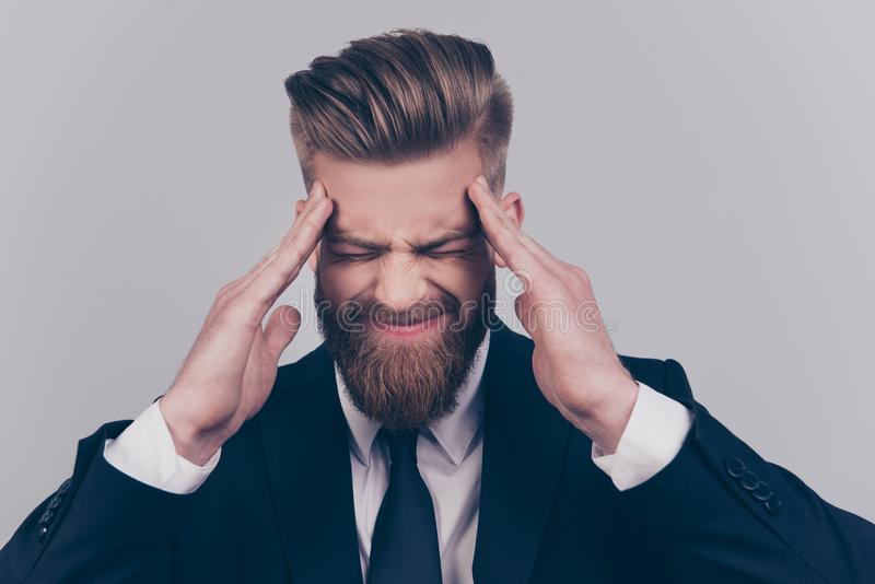 Sluit omhoog portret van uitgeputte verstoorde verontruste knappe werknemer ` royalty-vrije stock foto's