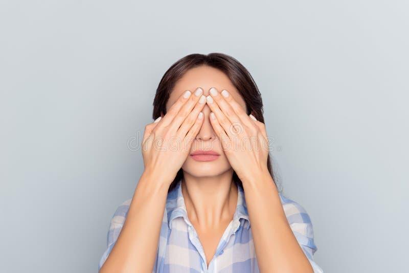 Sluit omhoog portret van vermoeide vrouw na lange werkdag op comp stock afbeeldingen