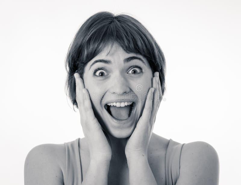 Sluit omhoog portret van verraste en gelukkige vrouw het vieren overwinning en goed nieuws royalty-vrije stock fotografie
