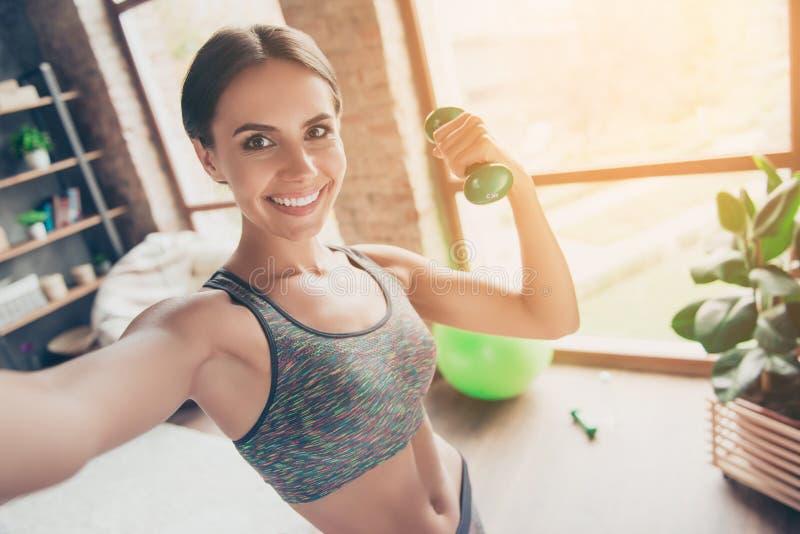 Sluit omhoog portret van verrukkelijke mooie ideale slanke sportieve po stock foto