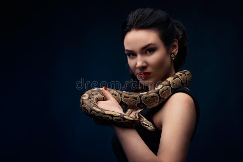 Sluit omhoog portret van vrouw met slang op haar hals royalty-vrije stock afbeeldingen